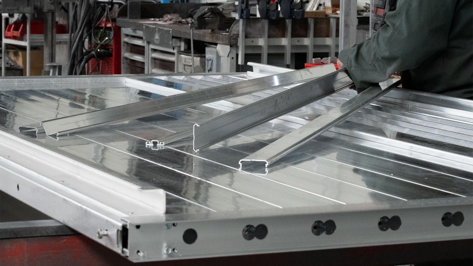 montage d'un portail coulissant autoportant en aluminium chez Portaleco