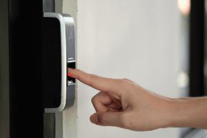 Ouverture portail par serrure biométrique
