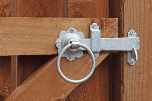 Ouverture de portail par loquet