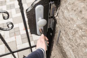 Ouverture de portail par serrure à clé