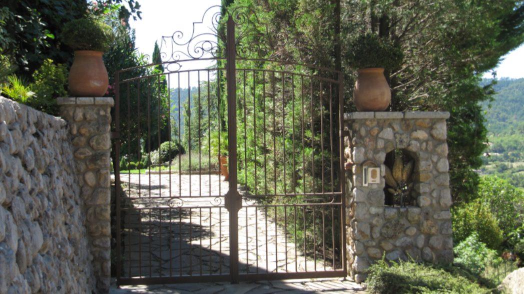 Caractéristiques-d'un-portail-en-acier